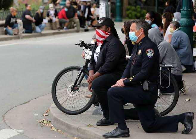 US Police officers kneel in solidarity with George Floyd's protesters