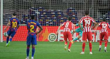 Barcelona's Argentine forward Lionel Messi (L) scores a penalty during the Spanish League football match between FC Barcelona and Club Atletico de Madrid at the Camp Nou stadium in Barcelona on June 30, 2020. LLUIS GENE / AFP
